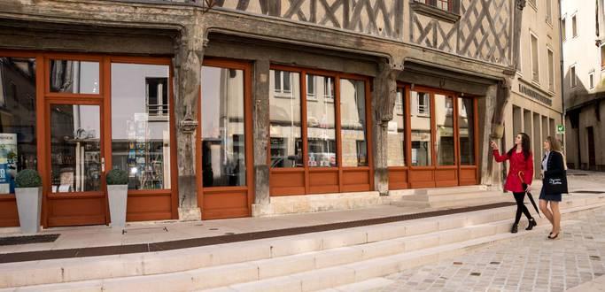 Visiteurs devant l'Office de Tourisme de Chartres Métropole