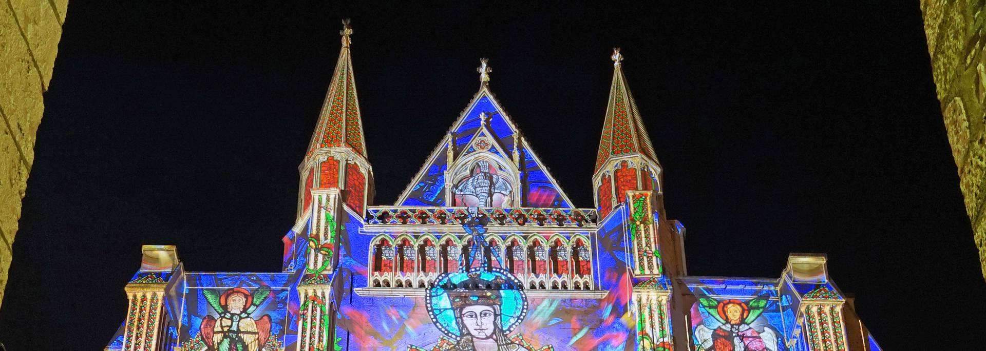 Rosace sud de la cathédrale de Chartres illuminée par Chartres en lumières