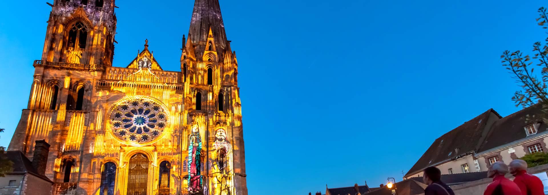 Façade de la cathédrale de Chartres illuminée par Chartres en lumières
