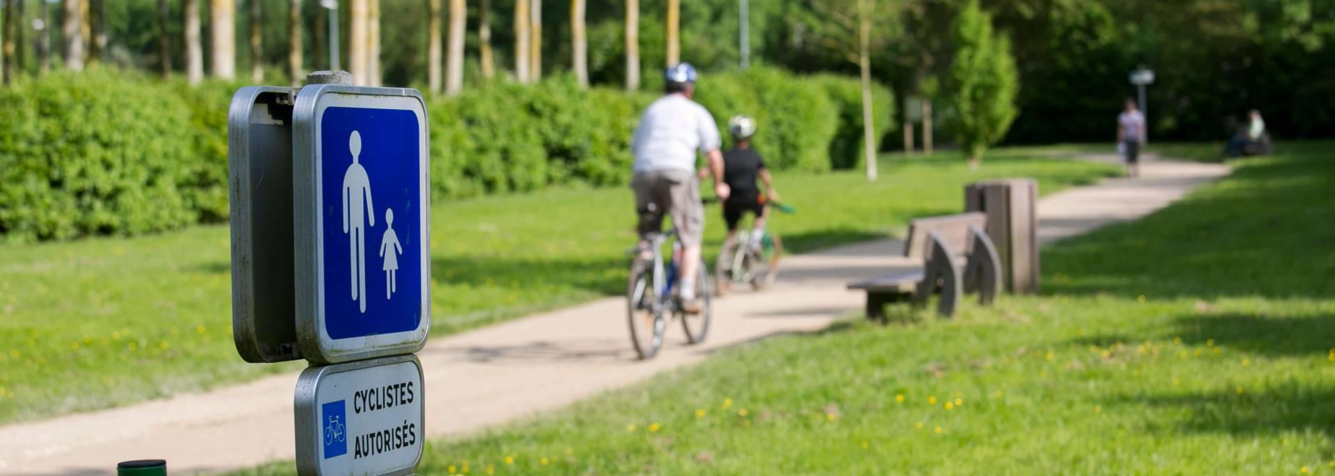 Faire du vélo le long des bords de l'Eure sur le plan vert