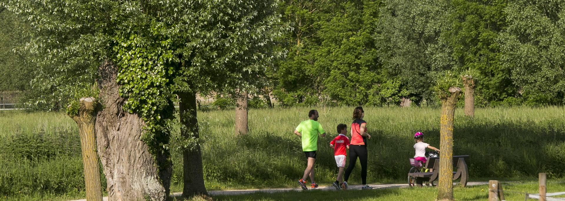 Faire du sport le long des bords de l'Eure sur le plan vert