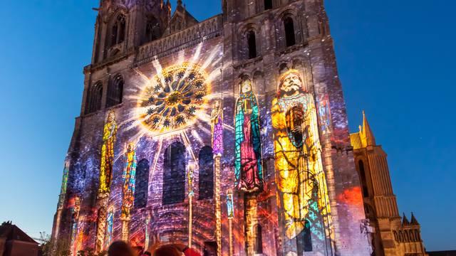 Façade de la cathédrale illuminée par Chartres en lumières