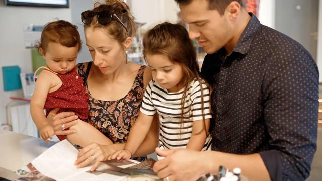 Famille se renseignant à l'accueil de l'Office de Tourisme