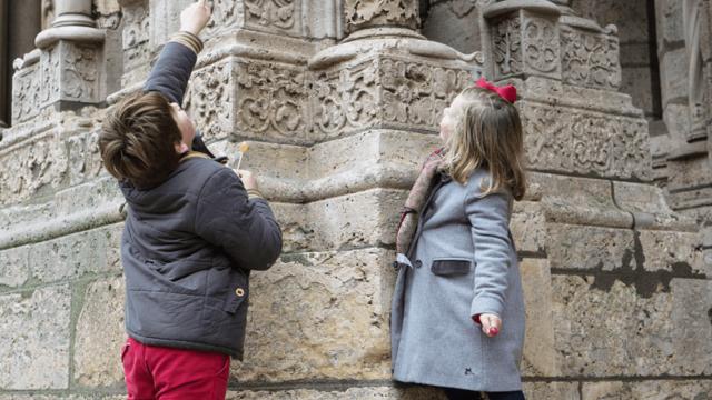 Enfants devant les sculptures de la cathédrale de Chartres
