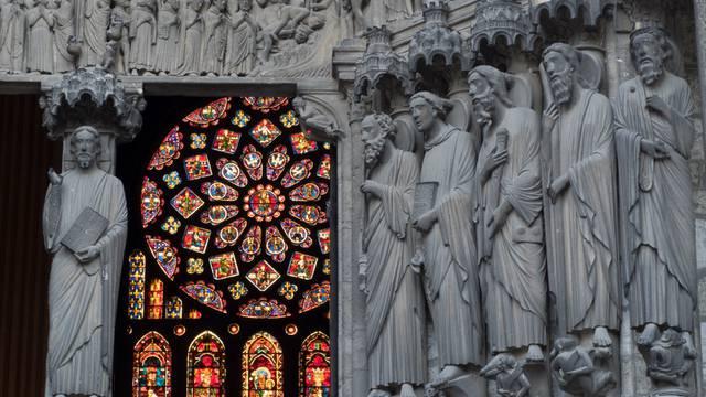 Sculptures du portail de la cathédrale et vitraux