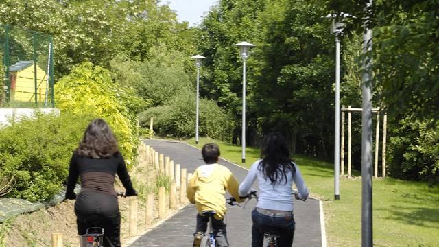 Cyclistes sur les bords de l'Eure à Chartres