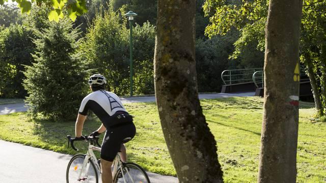 Faire du vélo le long du plan vert à Chartres