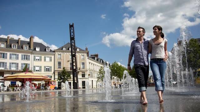 Couple marchant sur la place des Epars de Chartres