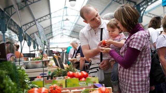 Famille avec enfants sur le marché aux légumes à Chartres