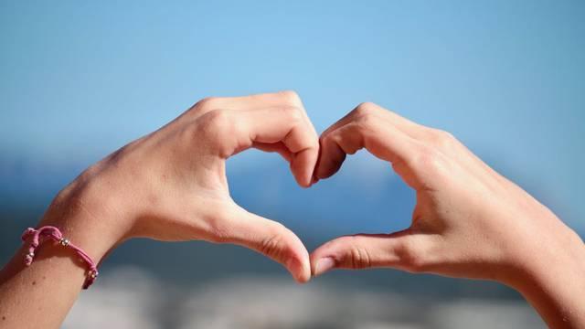 Coeur formé avec les mains