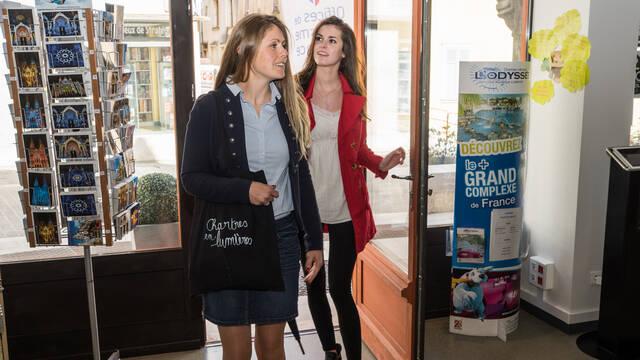 Visiteurs entrant dans l'Office de Tourisme de Chartres Métropole