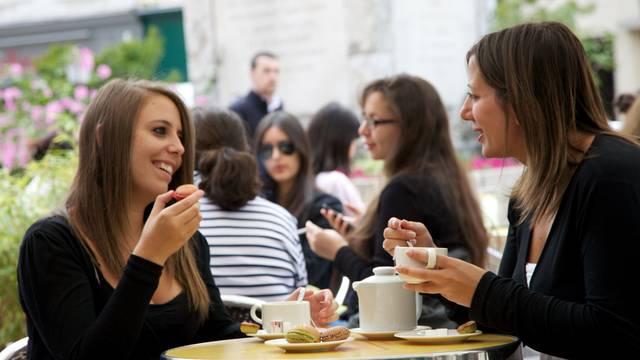 Deux jeunes femmes prenant un café en terrasse à Chartres