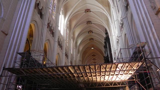Travaux de restauration dans la nef de la cathédrale de Chartres