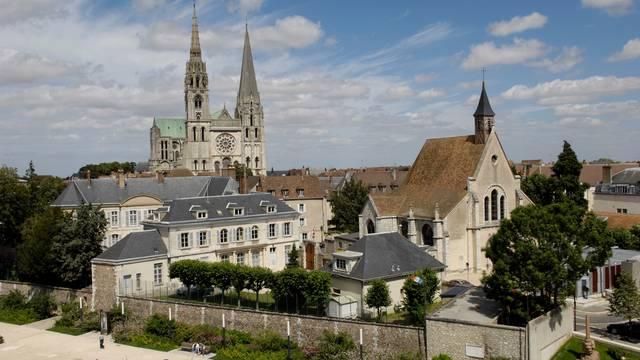 Vue de la cathédrale de Chartres avec l'esplanade de la résistance