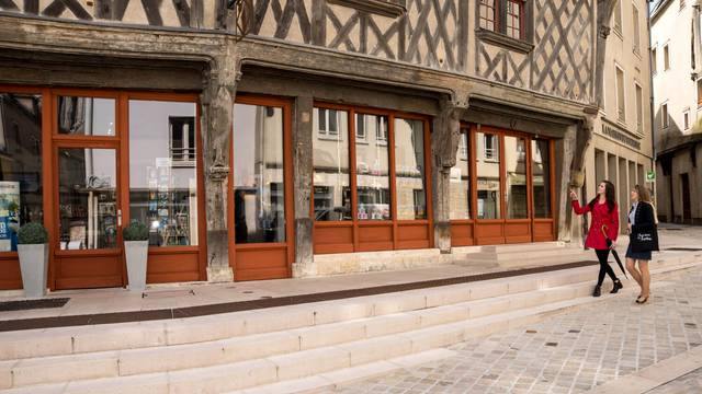 Visitors outside the Tourist Office of Chartres Urban Area