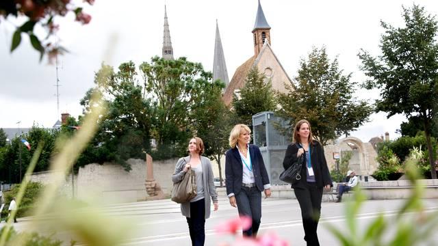 Jeunes femmes se balandant dans Chartres