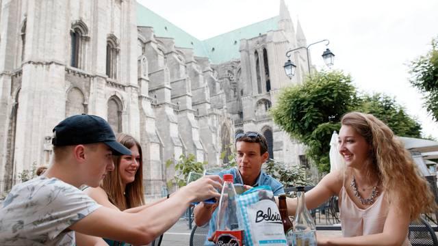 Boire un verre en terrasse au pied de la cathédrale