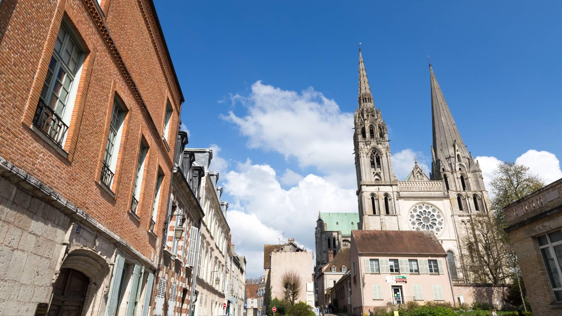 Vue de la cathédrale de Chartres depuis l'Hôtel de Champrond
