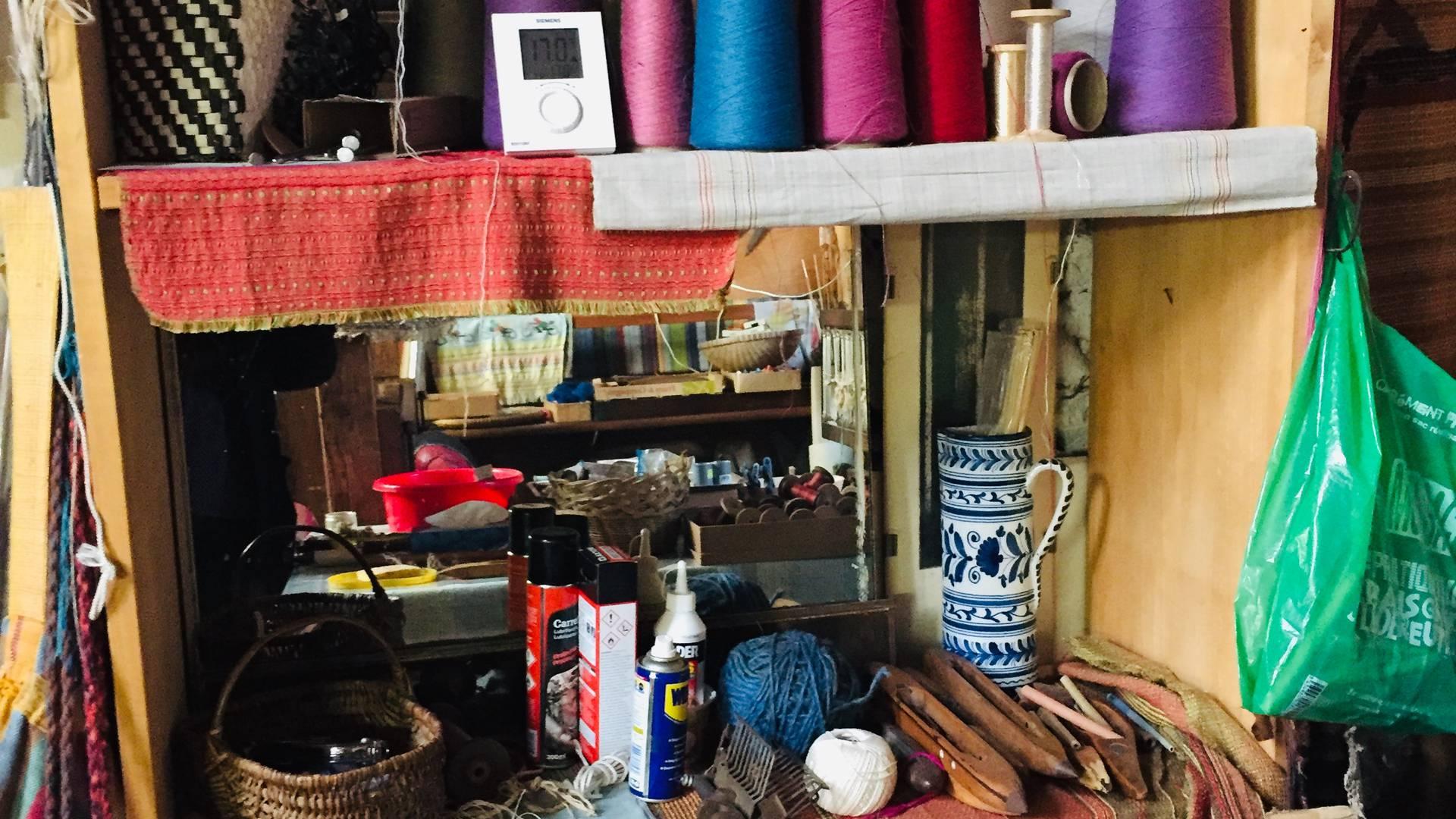Étagères dans l'atelier de tisserand de Houx