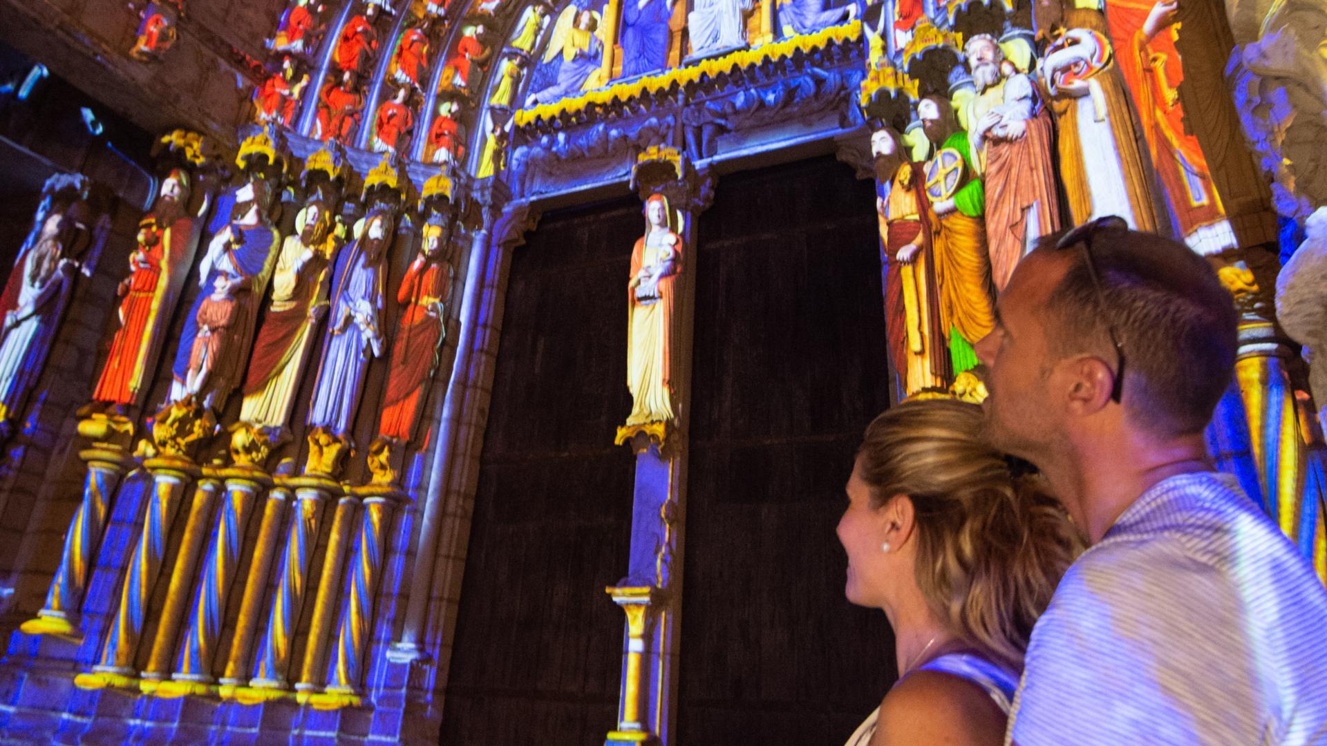 Personnes regardant la scénographie du portail nord de la cathédrale de Chartres