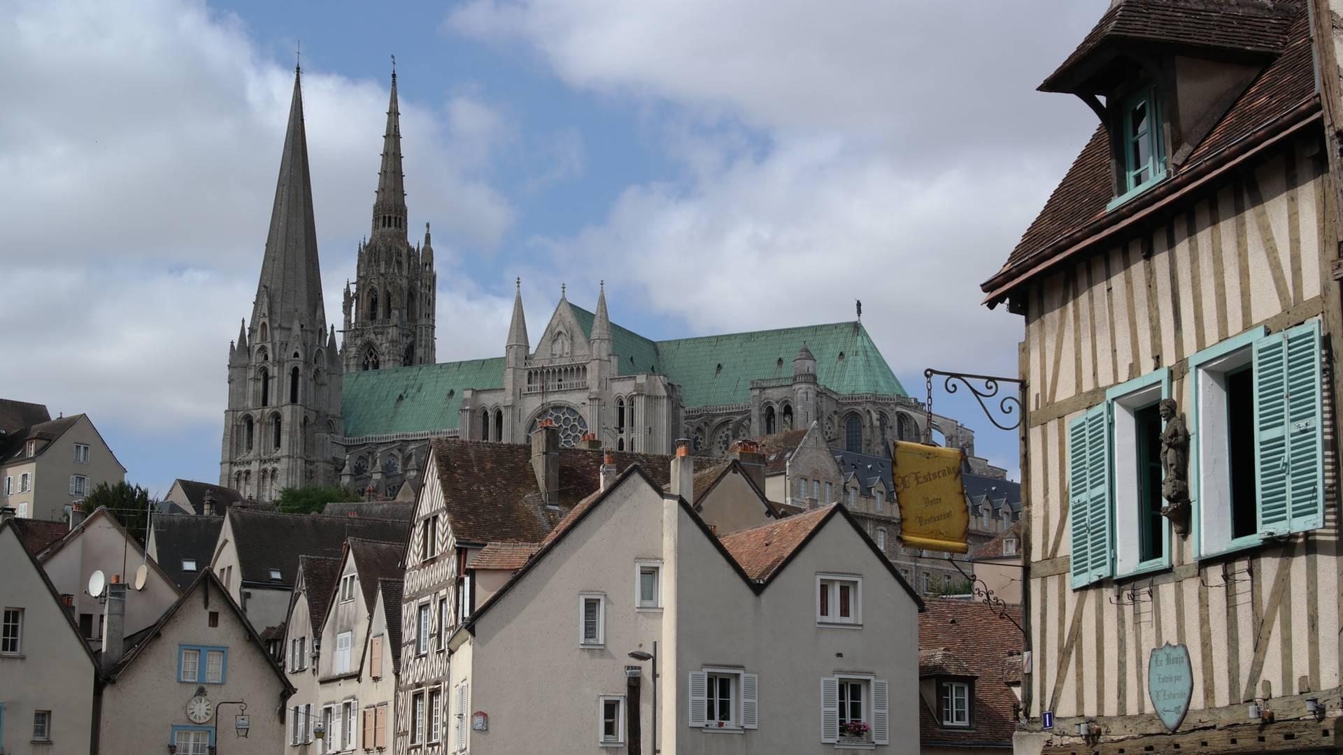 Vue de la cathédrale de Chartres dans la rue de la Porte Guillaume