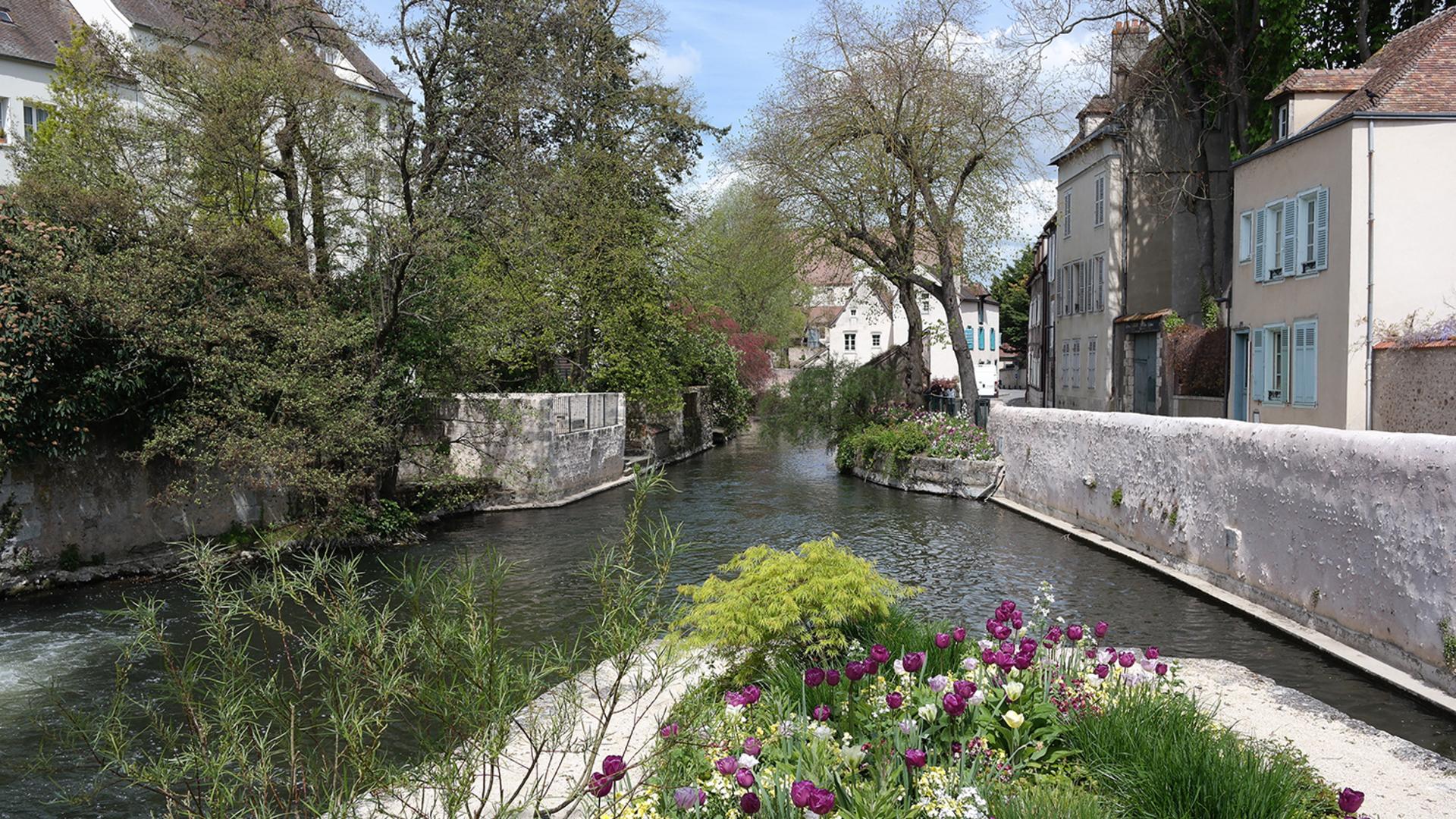 Passerelle des Trois-Moulins vue de l'îlot fleuri