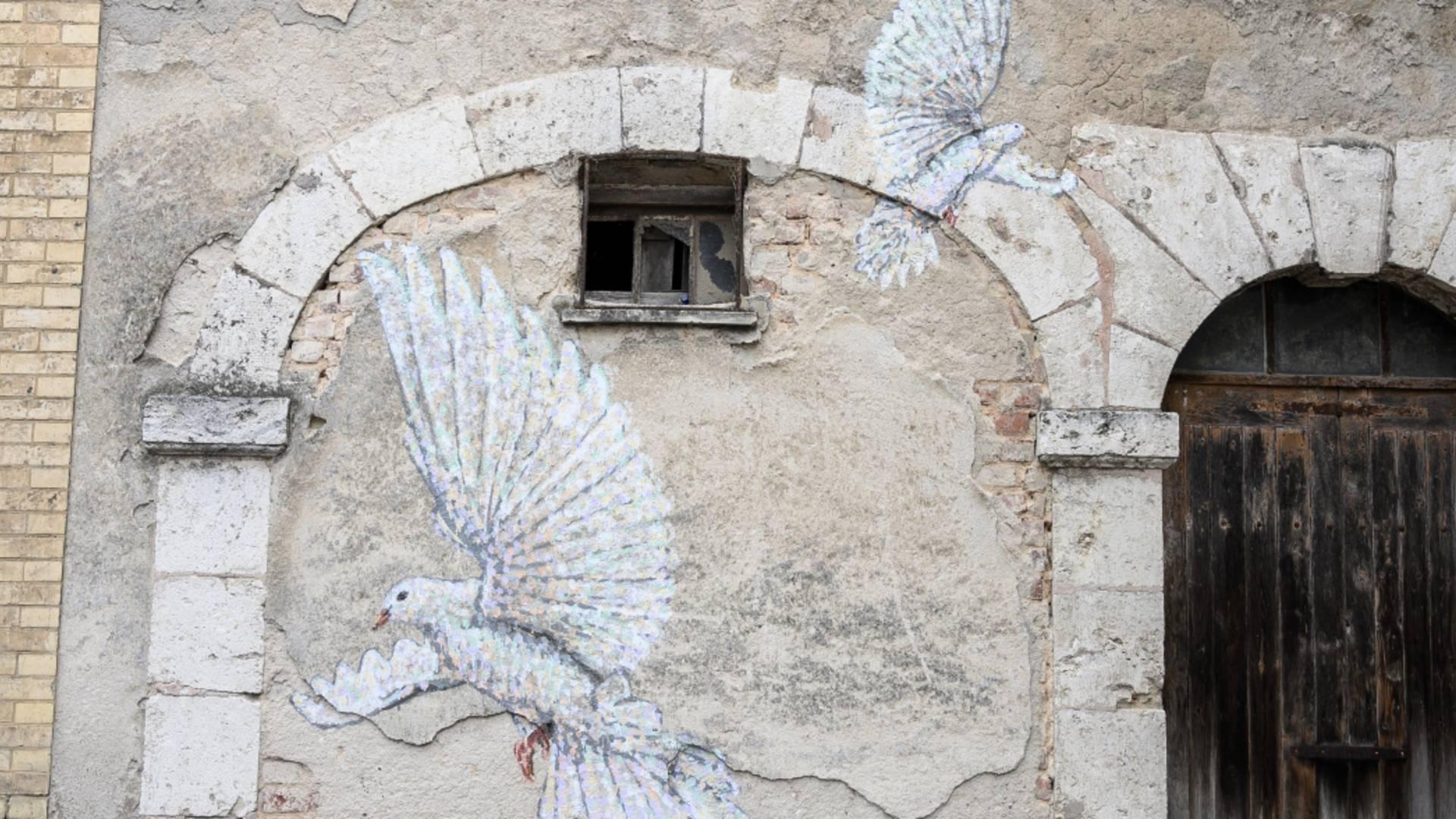 Colombes peintes sur la place de l'Étape au Vin à Chartres