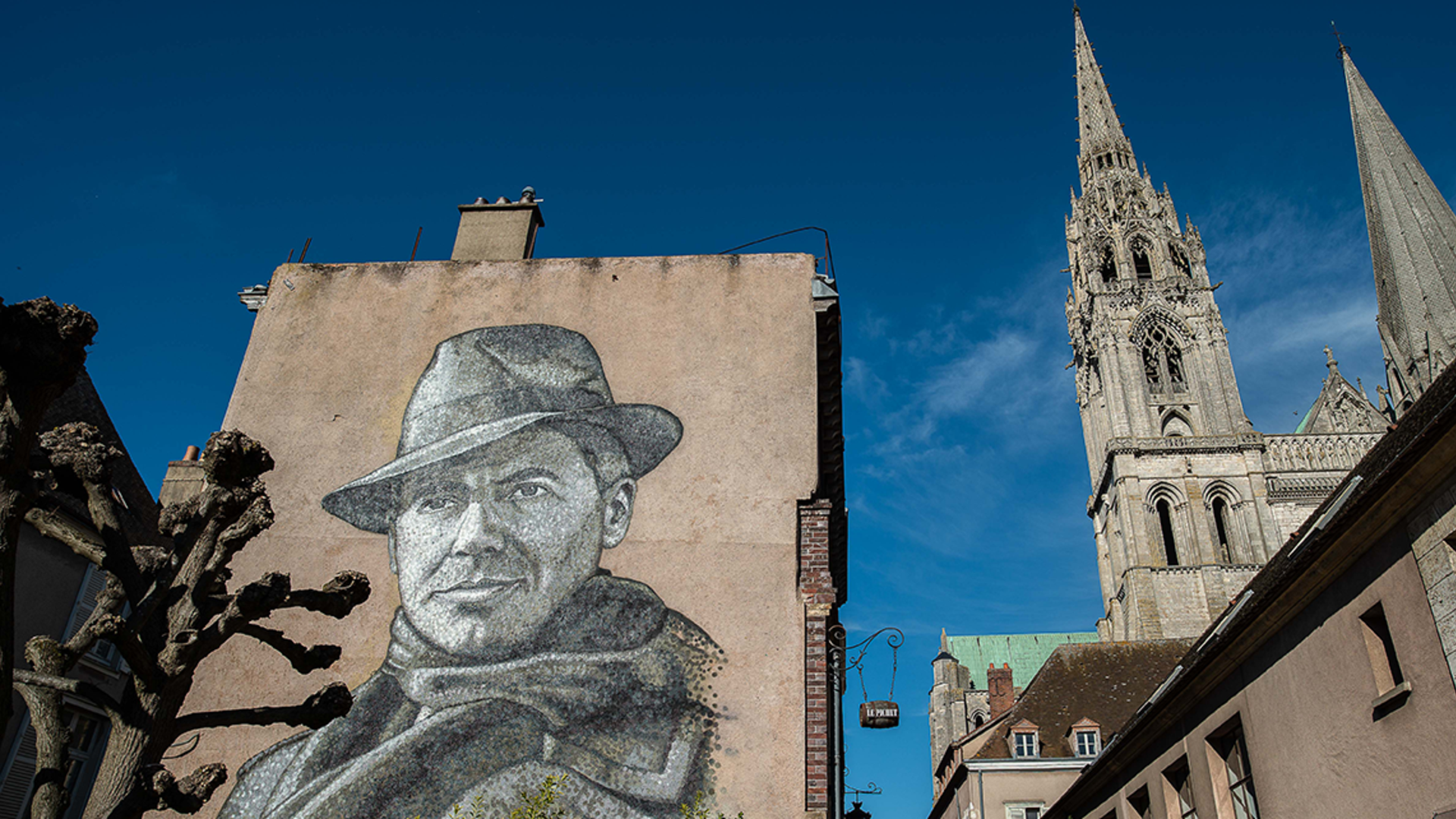 Portrait monumental de Jean Moulin sur la place drouaise à Chartres