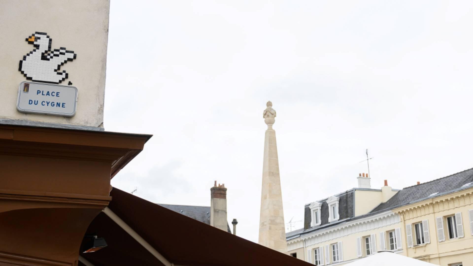 Plaque de la place du Cygne avec l'oeuvre de Mifamosa à Chartres