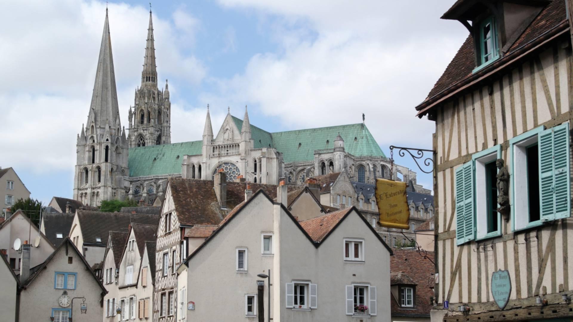 Vue de la cathédrale depuis la basse ville de Chartres