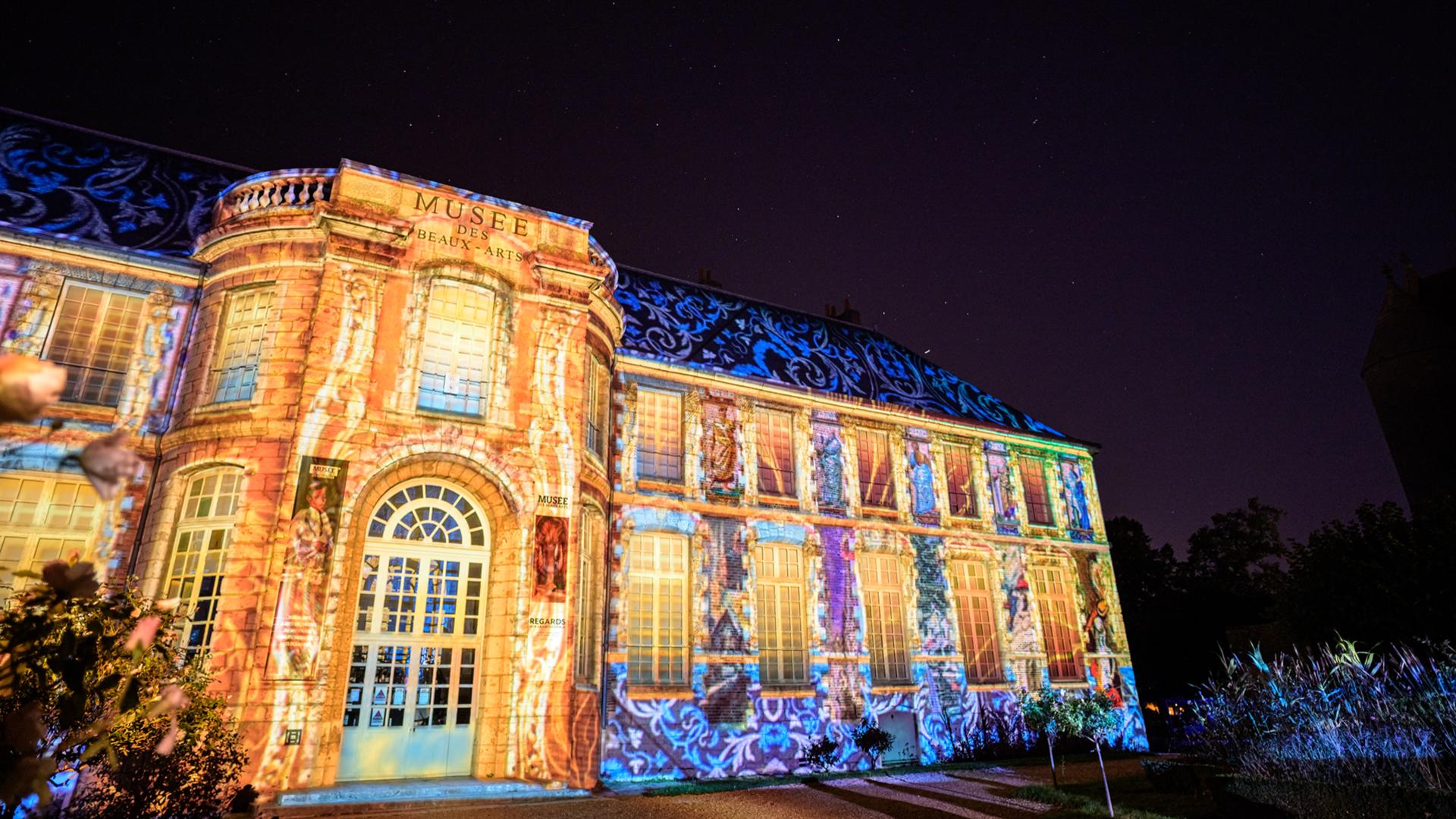 Vue de la façade du musée des beaux arts à Chartres en lumières