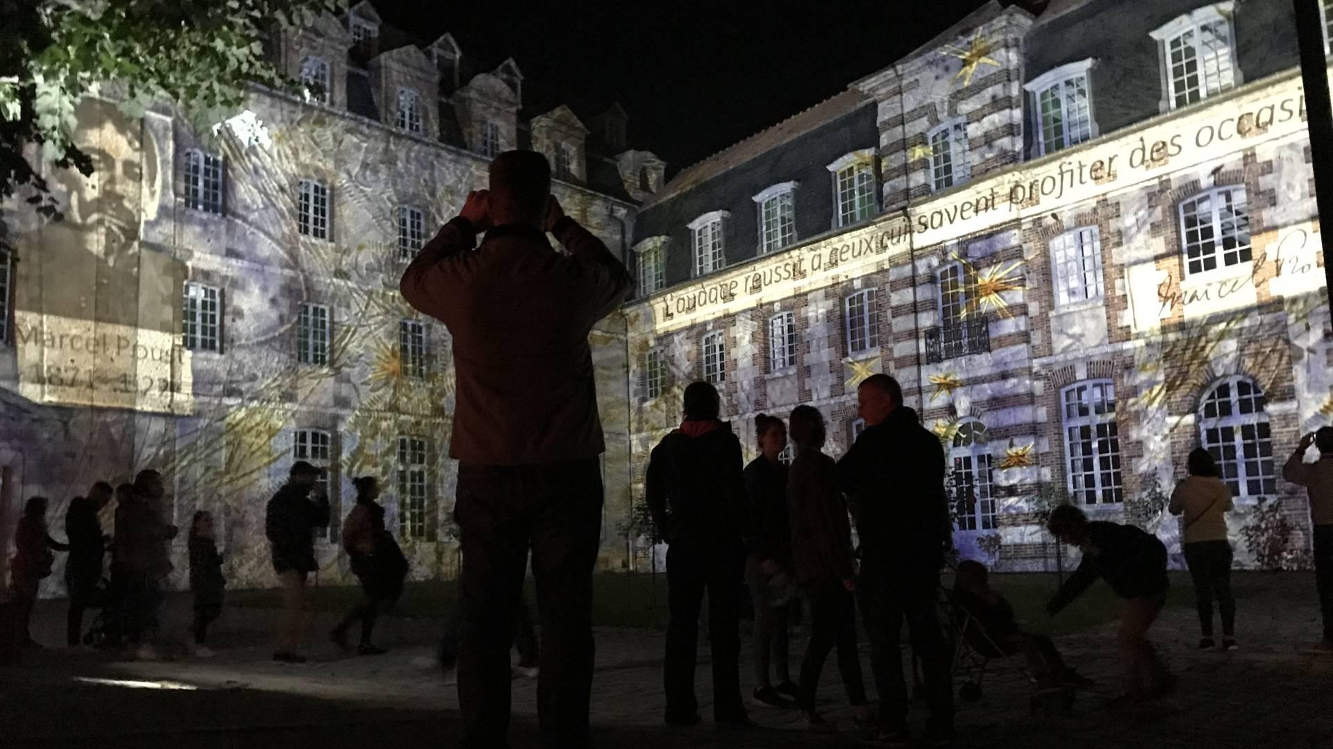Eurélium illuminé par une scénographie fixe autour de Marcel Proust