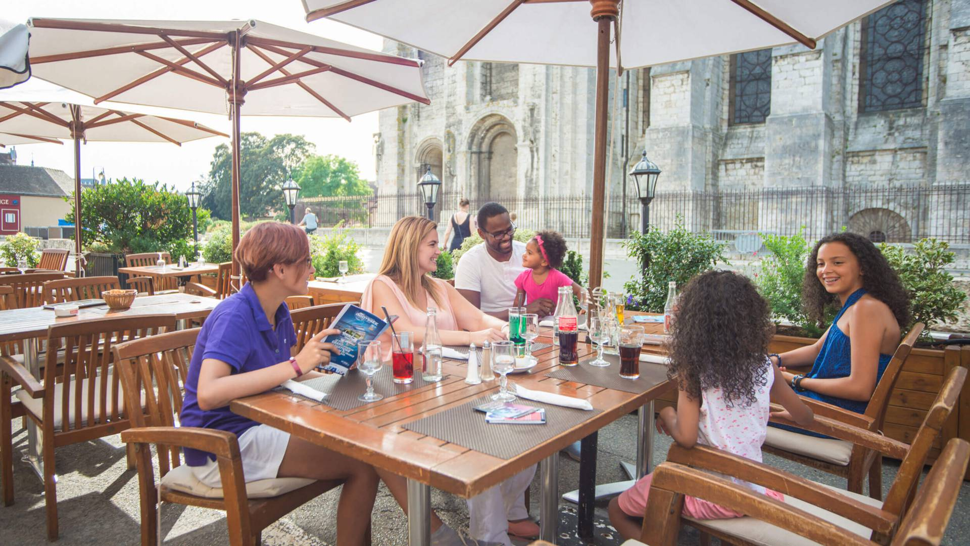 Trinken Sie ein Glas auf der Terrasse mit Ihrer Familie in Chartres