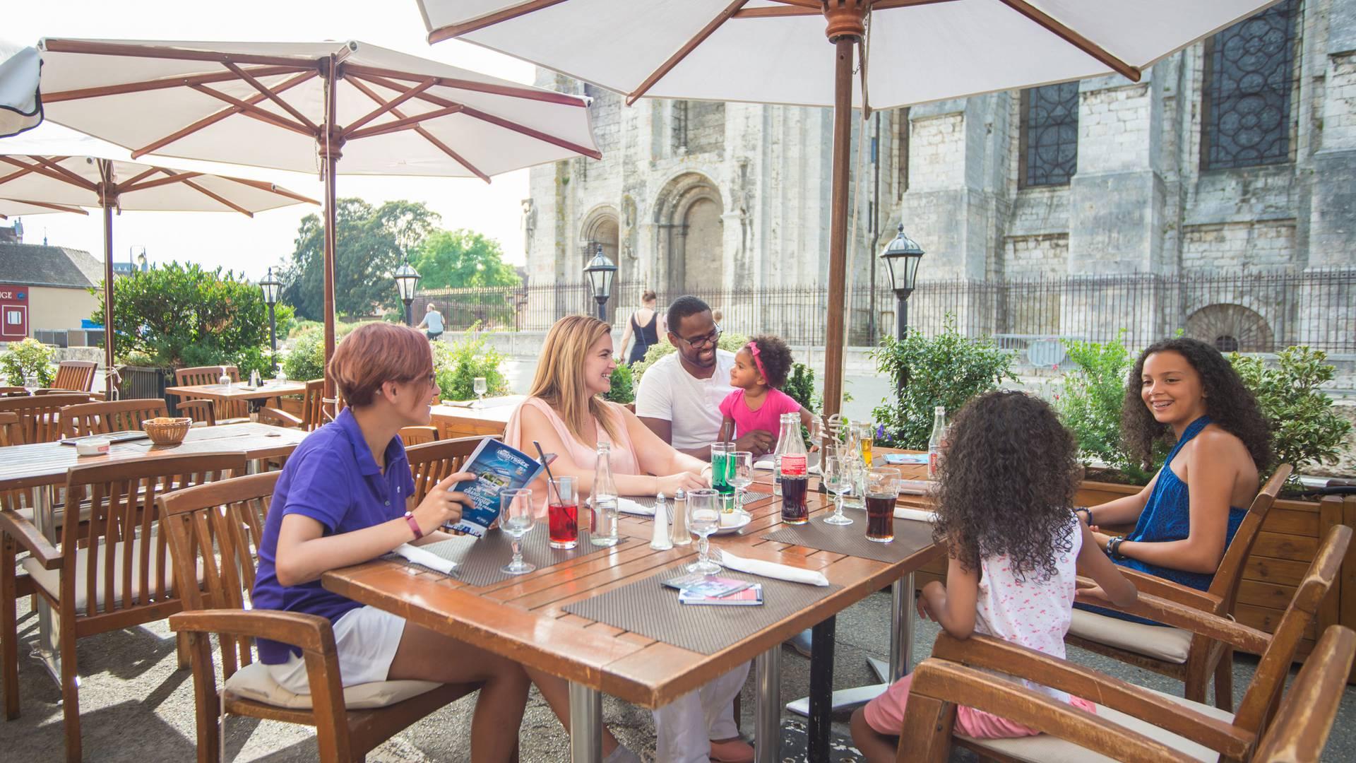 Boire un verre en terrasse en famille à Chartres