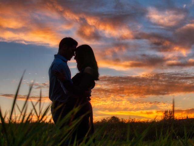 Couple sur un soleil couchant