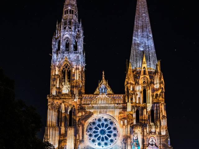 Portail royal de la cathédrale de Chartres illuminé