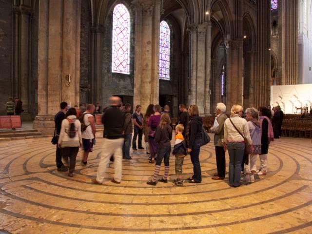 Pélerins sur le labyrinthe de la cathédrale de Chartres