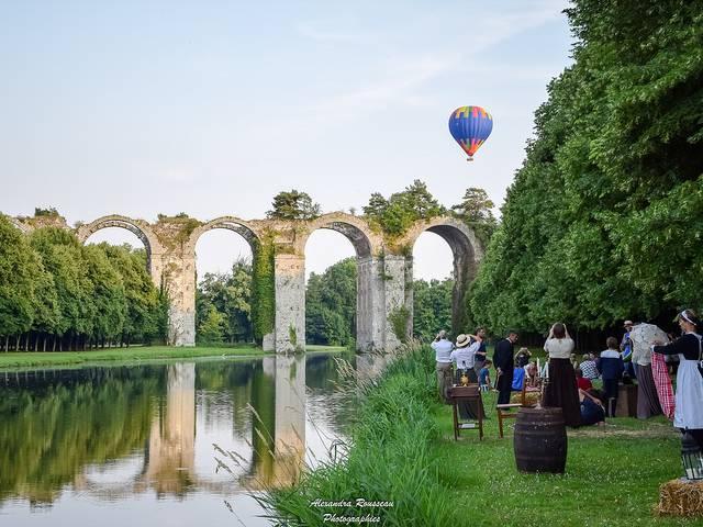 Parties de campagnes avec vue sur une montgolfière