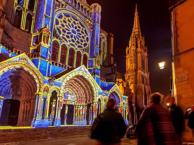 Portail Nord de la cathédrale de Chartres illuminé par Chartres en lumières