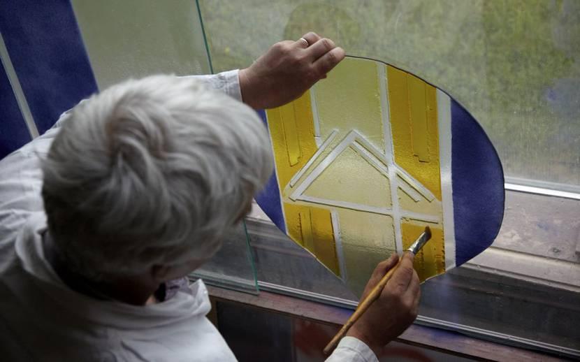Coloration d'un vitrail dans les Ateliers Loire