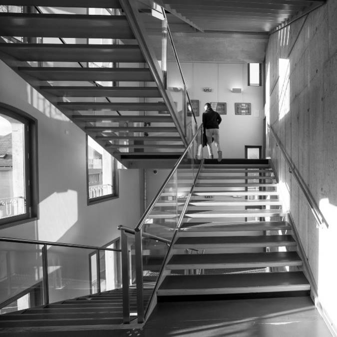 Escalier dans la médiathèque l'Apostrophe